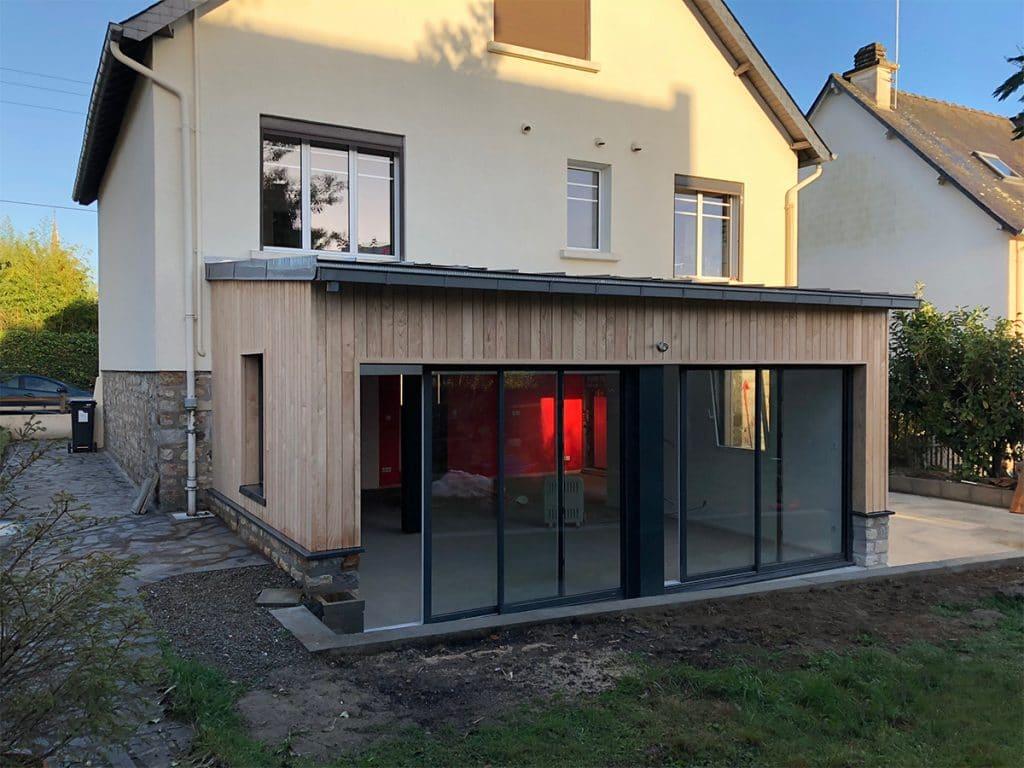 Maison traditionnelle avec une extension bois contemporaine