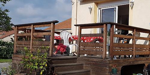 terrasse en bois sur pilotis avec escaliers